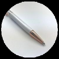 Шариковая ручка с подвеской. Размер - 14,5см. Материал - металл. Цвет белый.