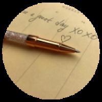 Шариковая ручка со стразами. Размер - 14,5см. Материал - металл. Цвет - золотистый.